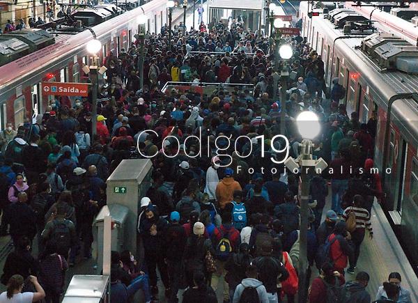 SÃO PAULO, SP, 19.05.2021:  Greve Metrô SP - Movimentação de passageiros nas plataformas da estação da Luz  na manhã desta quarta -feira (19). As estações do Metrô das linhas Azul, Verde , Vermelha e Prata  amanheceram fechadas devido a greve dos metroviários.
