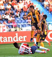 BARRANQUIILLA - COLOMBIA, 15-02-2018: Jhonny Gonzalez (Izq) del Atlético Junior de Colombia disputa el balón con Luis Cabral (Der) jugador de Guaraní de Paraguay durante partido de ida por la tercera fase, llave 4, de la Copa CONMEBOL Libertadores 2018  jugado en el estadio Metropolitano Roberto Meléndez de la ciudad de Barranquilla. / Jhonny Gonzalez (L) player of Atlético Junior of Colombia struggles the ball with Luis Cabral (R) player of Guarani of Paraguay during first leg match for the third phase, key 4, of the Copa CONMEBOL Libertadores 2018 played at Metropolitano Roberto Melendez stadium in Barranquilla city.  Photo: VizzorImage/ Alfonso Cervantes / Cont