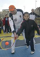 9-2-06, Netherlands, tennis, Amsterdam, Daviscup.Netherlands Russia, Draw, streettennis , captain Tjerk Bogtstra teaches how its done
