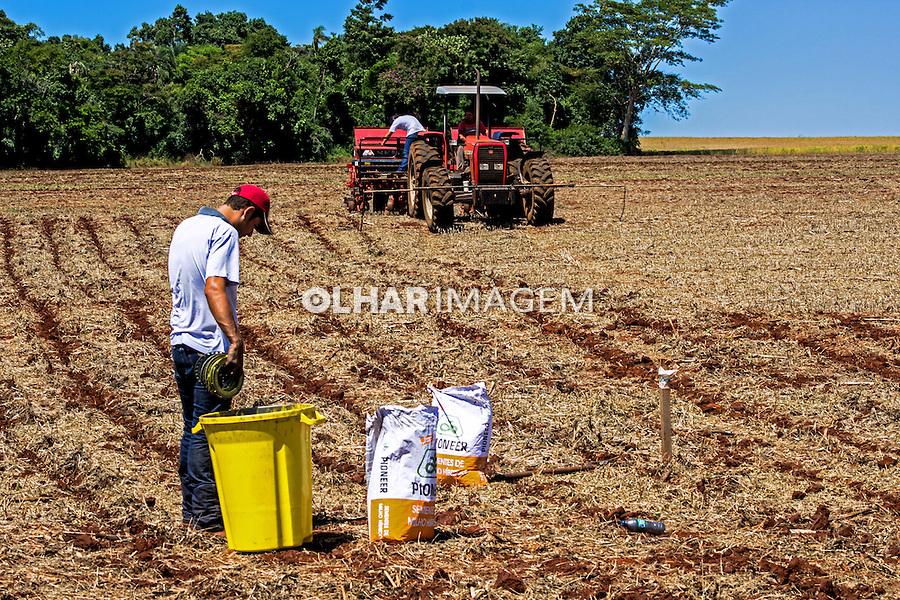 Aplicaçao de adubo e plantio de milho. Bela vista do Paraiso. Parana. 2013. Foto de Alf Ribeiro.