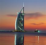 United Arab Emirates, Dubai: the Burj al Arab at sunset | Vereinigte Arabische Emirate, Dubai: das Burj al Arab Hotel am Abend