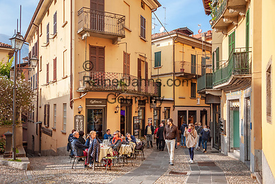 Italy, Lombardia, Bellagio: old town lane with café and restaurant   Italien, Lombardei, Bellagio: Altstdtgasse mit Café and Restaurant