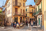 Italy, Lombardia, Bellagio: old town lane with café and restaurant | Italien, Lombardei, Bellagio: Altstdtgasse mit Café and Restaurant