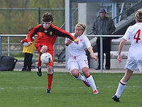 UEFA Women's Under 17 Championship - Second Qualifying round - group 1 : Belgium - England : .Tinne Van Den Bergh aan de bal voor Olivia Fergusson.foto DAVID CATRY / Vrouwenteam.be