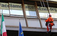 Azione di Greenpeace all'esterno della sede dell'Enel, per denunciare gli impatti ambientali, climatici e sanitari dell'energia prodotta dall'azienda utilizzando il carbone, a Roma, 29 marzo 2012..UPDATE IMAGES PRESS/Riccardo De Luca