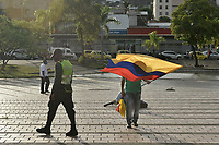 CALI - COLOMBIA, 21-08-2020: Un hombre ondea una bandera de Colombia durante la Movilización por la Vida convocada en la ciudad de Cali como protesta por la recientes masacres de 5 jóvenes en Cali y 9 en Samaniego, Nariño con lo que, según cifras de UN ya se completan 33 masacres en Colombia durante el 2020. / A man waves a Colombian flag during the Mobilization for Life called in the city of Cali to protest the recent massacres of 5 young people in Cali and 9 in Samaniego, Nariño, with which, according to UN figures, 33 massacres are already completed in Colombia during 2020. Photo: VizzorImage / Gabriel Aponte / Staff