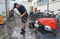 Geraetewart Christian Grölz reinigt den Generator - Moerfelden-Walldorf 14.08.2020: Aufräumarbeiten bei der Feuerwehr Walldorf nach dem großen Waldbrand nahe dem Frankfurter Flughafen, emonline