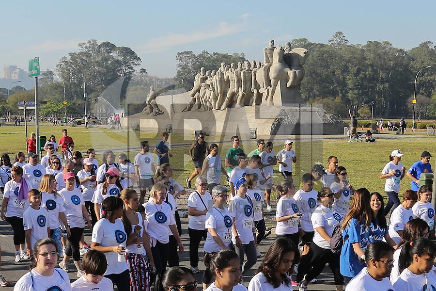 SAO PAULO, SP, 25.08.2013 - CORRIDA CAMINHADA CONTRA CANCER DE MAMA / SP - Corrida e Caminhada contra cancer de Mama na regiao do Parque do Ibirapuera na manha deste domingo, 25. (Foto: Vanessa Carvalho/ Brazil Photo Press).