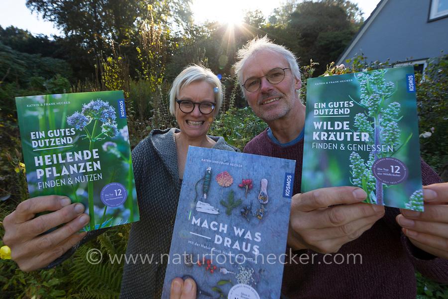 """Autorenfoto, Katrin Hecker und Frank Hecker mit den Büchern, Buch: """"Mach was draus"""", """"Ein Gutes Dutzend Wilde Kräuter"""", """"Ein Gutes Dutzend Heilende Pflanzen"""""""