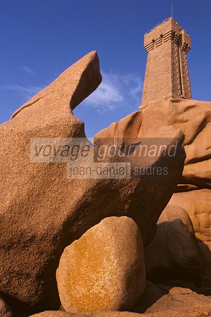 Europe/France/Bretagne/22/Côtes-d'Armor/Ploumanac'h: Le phare et la côte de granit rose