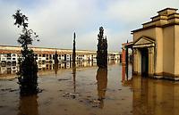 el camposanto tampoco es respetado por el furioso cauce del Ebro.los habitantes de pradilla del Ebro son algunos de los mas temerosos al paso del agua ya que su localidad se encuentra en algunos puntos a metro y medio por debajo del nivel del rio.8-2-03