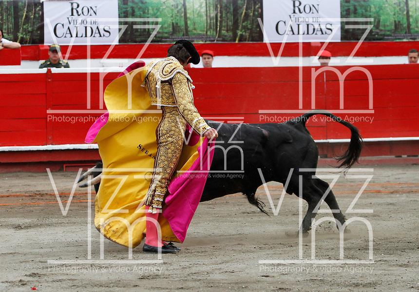MANIZALES-COLOMBIA. 09-01-2016: Sebastian Castella lidiando a un toro de la ganadería Achuri Viejo durante la cuarta corrida como parte de la versión número 60 de La Feria de Manizales 2016 que se lleva a cabo entre el 2 y el 10 de enero de 2016 en la ciudad de Manizales, Colombia. / The bullfighter Sebastian Castella, struggling to a bull of the livestock Achuri Viejo during the fourth bullfight as part of the 60th version of Manizales Fair 2016 takes place between 2 and 10 January 2016 in the city of Manizales, Colombia. Photo: VizzorImage / Santiago Osorio / Cont