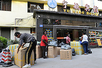 CHINA Guangzhou , african trader buy  textiles in export- and wholesale markets which the ship to Africa for their shops, Gloria Osei  Kuffur from Ghana / CHINA , Provinz Guangdong , Metropole Guangzhou (Kanton) , Haendler aus Afrika kaufen in Grosshandels-/Exportmaerkten Textilien fuer Ihre Laeden in Afrika ein, Gloria Osei  Kuffur aus Ghana verpackt waren vor ihrem Hotel