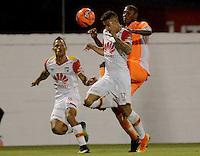 ENVIGADO- COLOMBIA -11-02-2017: Elvis Mosquera (Der.) jugador de Envigado FC disputa el balón con Juan Roa (Izq.) jugador de Independiente Santa, durante partido Envigado FC y el Independiente Santa Fe por la fecha 3 de la Liga Aguila I 2017, en el estadio Polideportivo Sur de la ciudad de Envigado. /  Elvis Mosquera (R) player of Envigado FC, fights for the ball with con Juan Roa (L) player of Independiente Santa Fe, during a match Envigado FC and Independiente Santa Fe for the date 3 of the Liga Aguila I 2017 at the Polideportivo Sur stadium in Envigado city. Photo: VizzorImage / Leon Monsalve / Cont.