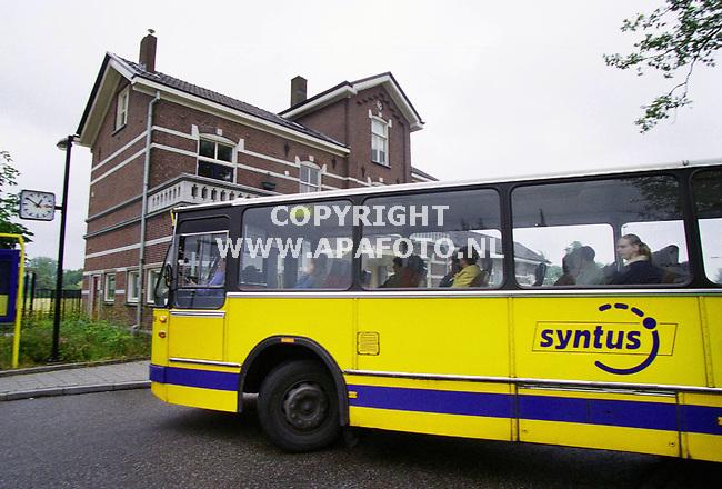 Terborg , 050700  Foto : Koos Groenewold / APA<br />Bus van Syntus met op de achtergrond het station van Terborg , waar op dat moment geen trein stond........