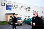 © Hughes Léglise-Bataille/Wostok Press.12.04.2010.Le conciliateur, Me Régis Valliot, arrive à l'usine Sodimatex de Crépy-en-Valois en compagnie des délégués du personnel le 12/04/2010 au soir pour s'adresser aux salariés à l'issue de la 4 journée de négociation. Occupant leur usine qu'ils ont menacé de faire exploser à l'aide d'une citerne de gaz le 01/04/2010, les 92 salariés du fabricant de moquette pour automobile appartenant au groupe Treves, dont la fermeture de l'usine a été programmée depuis 1 an, réclament de meilleures indemnités de départ.