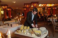 Europe/France/73/Savoie/Val d'Isère: Service du plateau de fromage des Alpes au Restaurant: La Table de l'Ours à l' Hôtel: Les Barmes de l'Ours