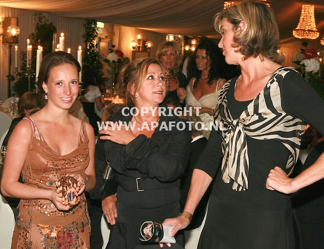 molenhoek 200506 Rainbowgala<br />drie dames ?<br />voor stan huygenjournaal steven van de ven<br />foto frans ypma APA/foto