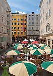 Oesterreich, Salzburger Land, Salzburg: Cafe vor Mozarts Geburtshaus in der Getreidegasse | Austria, Salzburger Land, Salzburg: Cafe in front of Mozart's birthplace at Getreidegasse