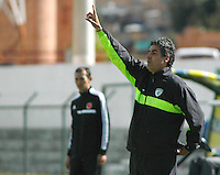 TUNJA -COLOMBIA, 21-MARZO -2015. Santiago Escobar director tecnico de La Equidad senala durante encuentro contra el  Chico F.C.  novena  fecha de La Liga Aguila jugado en el estadio La Independencia de la ciudad de Tunja   . /  Santiago Escobar coach of Equidad reacts  during match against of Chico FC  the ninth  round of La Liga Aguila played at La Independencia  stadium in Tunja City . Photo / VizzorImage / Cesar Melgarejo  / Stringer