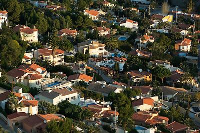 Spain, Costa Blanca, Calp: High density villas with swimming pools | Spanien, Costa Blanca, Calp: Villen mit Swimming Pools dicht an dicht