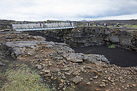 Schlucht Miðlinda, Schlucht Midlinda, Bru milli Heimsalfa, Brú Milli Heimsálfa, Brücke über die Kontinente, Grabenbruchzone im Grenzbereich zweier tektonischer Platten, Steinwüste, Felsen, Flechten und Moose, Vulkanlandschaft, Lavafeld, Lavafelder, Halbinsel Reykjanes, Reykjanes-Halbinsel, Reykjanesskagi, Island, the bridge between two continents, Iceland