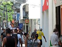 Recife (PE), 19/03/2021 - Quarentena-Recife - Movimentação de pessoas na região central de Recife nesta sexta-feiar (19). Até o dia 28, apenas os serviços essenciais estarão autorizados para funcionar em todo o estado. O objetivo é conter a disseminação do coronavírus e a alta taxa de ocupação dos leitos de UTI, que está acima dos 95% em Pernambuco.