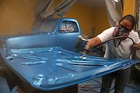"""BOGOTÁ - COLOMBIA,Heidi Gálvez Mosquera """"La Negra"""",pintora profesional de automoviles al norte de la ciudad.Photo: VizzorImage / Felipe Caicedo / Staff."""