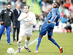 Getafe's Karim Yoda (r) and Real Madrid's Gareth Bale during La Liga match. April 16,2016. (ALTERPHOTOS/Acero)
