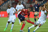 MEDELLÍN -COLOMBIA-19-09-2015. Angelo Rodriguez (C) de Independiente Medellín disputa el balón con Felipe Chara (Izq) y Camilo Perez (Der) de Águilas Doradas durante partido por la fecha 13 de la Liga Águila II 2015 jugado en el estadio Atanasio Girardot de la ciudad de Medellín./ Angelo Rodriguez (C) player of Independiente Medellin fights for the ball with Felipe Chara (L) and Camilo Perez (R) Águilas Doradas during the 13th date of Aguila League II 2015 played at Atanasio Girardot stadium in Medellin city. Photo: VizzorImage/León Monsalve/Str