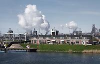 Nederland IJmuiden- 2021. Sluiseiland. Wonen onder de rook van Tata Steel in Velsen-Noord.  Foto ANP / Hollandse Hoogte / Berlinda van Dam