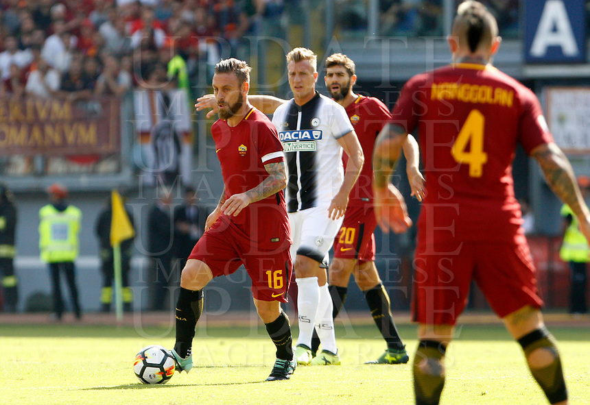 Calcio, Serie A: Roma vs Udinese. Roma, stadio Olimpico, 23 settembre 2017.<br /> Roma's Daniele De Rossi, left, in action during the Italian Serie A football match between Roma and Udinese at Rome's Olympic stadium, 23 September 2017. Roma won 3-1.<br /> UPDATE IMAGES PRESS/Riccardo De Luca