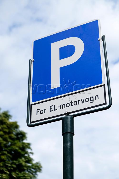 Parkplatzschild, [Elektroautos parken umsonst], 08/2014<br /> <br /> Engl.: Europe, Scandinavia, Norway, Oslo, electric cars can park here free of charge, automotive industry, environment, economy, sign, August 2014