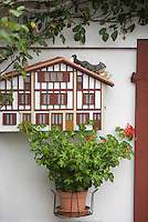 Europe/France/Aquitaine/64/Pyrénées-Atlantiques/Ascain: Boite au lettre en forme de maison basque