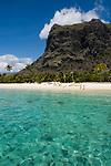MUS, Mauritius, Black River, Le Morne: Hotel Dinarobin - Strand, Le Morne Brabant | MUS, Mauritius, Black River, Le Morne: Hotel Dinarobin - beach, Strand, Le Morne Brabant mountain