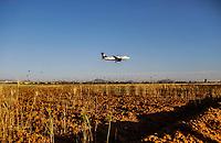 Avion sobre vuela unas hectáreas de cultivo maíz.<br /> Avion aterrizando en Aeropuerto de Hermosillo al atardecer.<br /> <br /> Aeropuerto,Avion,Volaris,Aeromexico