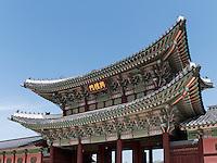 Steinterrasse und Thronhalle Geunjeongmun im Palast  Gyeongbukgung in Seoul, Südkorea, Asien<br /> Stone terrace and throne hall Geunjeongmun  in palace Gyeongbukgung in Seoul, South Korea, Asia