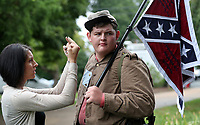 20170817_Confederate Soldier Carries Guns to Protect Lee Statue