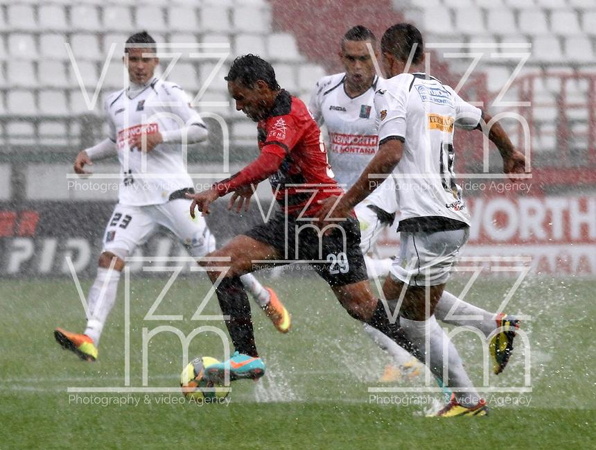 MANIZALES - COLOMBIA - 21-04-2013: Mario González (Der.) jugador del  Once Caldas, disputan el balón con Javier Araujo (Izq), jugador del Cúcuta Deportivo, durante el partido en el estadio Palogrande de la ciudad de Manizales, abril 21 de 2013. Once Caldas venció dos goles a cero al Cúcuta Deportivo, en partido de la fecha 12 de la Liga Postobón I. (Foto: VizzorImage / Yonboni  / Str).  Mario González (R) player of Once Caldas, figths for the ball with Javier Araujo (L) player of Boyaca Chico F C, during the match at the stadium Palogrande city of Manizales, April 21, 2013. Once Caldas won two goals to cero to Cucuta Deportivo, in a match for the twelfth date of the League Postobon I. (Photo: VizzorImage / Yonboni / Str) .