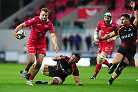 Paul Asquith of Scarlets evades the tackle of Harlon Klassen of Southern Kings during the Guinness Pro14 Round 5 match between Scarlets and Isuzu Southern Kings at the Parc Y Scarlets in Llanelli, Wales, UK. Saturday 29 September 2018