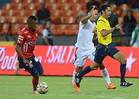 MEDELLÍN -COLOMBIA-12-09-2015. Mario Herrera, árbitro, corre para no obstaculizar la jugada entre Brayan Angulo (Izq) de Independiente Medellín Diego Espinel (C) del Cúcuta Deportivo durante partido por la fecha 12 de la Liga Águila II 2015 jugado en el estadio Atanasio Girardot de la ciudad de Medellín./ Mario Herrera, referee, runs to avoid interrupt the play between Brayan Angulo (L) player of Independiente Medellin and Diego Espinel (C) player of Cucuta Deportivo during the 12th date of Aguila League II 2015 played at Atanasio Girardot stadium in Medellin city. Photo: VizzorImage/León Monsalve/Str