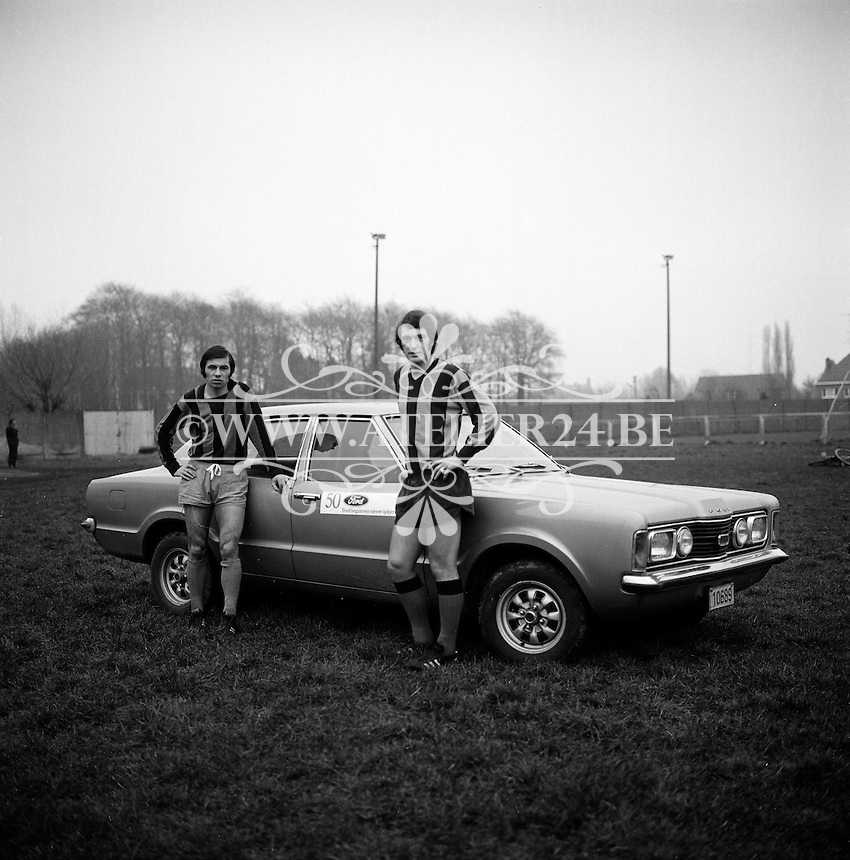 1972. Voetballers Erwin Vandendaele en Wilfried Puis van Club Brugge met een Ford.