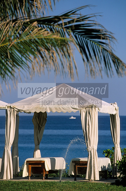 """Iles Bahamas / New Providence et Paradise Island / Nassau: Hotel """"One & Only Océan Club"""" tables et auvents dans le parc  // Bahamas Islands / New Providence and Paradise Island / Nassau : Hotel """"One & Only Ocean Club"""" tables and awnings in the park"""