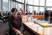 """In der ersten Sitzung des Petitionsausschuss in der Legislaturperiode 2014 wurde die Petition der sog. """"Hartz 4-Rebellin"""" Inge Hannemann behandelt (im Bild). Hannemann, suspendierte Mitarbeiterin der Bundesagentur fuer Arbeit, fordert in einer Petition die ersatzlose Streichung von Sanktionen gegen Empfaenger von sog. """"Hartz 4"""".<br />Aufgrund ihrer Kritik an der Sanktions-Praxis der Jobcenter wurde sie von der Hamburger Bundesagentur fuer Arbeit von ihrer Arbeit suspendiert. Dagegen klagt Hannemann vor dem Arbeitsgericht.<br />17.3.2014, Berlin<br />Copyright: Christian-Ditsch.de<br />[Inhaltsveraendernde Manipulation des Fotos nur nach ausdruecklicher Genehmigung des Fotografen. Vereinbarungen ueber Abtretung von Persoenlichkeitsrechten/Model Release der abgebildeten Person/Personen liegen nicht vor. NO MODEL RELEASE! Don't publish without copyright Christian-Ditsch.de, Veroeffentlichung nur mit Fotografennennung, sowie gegen Honorar, MwSt. und Beleg. Konto:, I N G - D i B a, IBAN DE58500105175400192269, BIC INGDDEFFXXX, Kontakt: post@christian-ditsch.de]"""