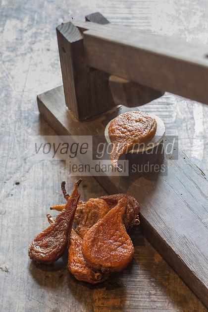 France, Indre-et-Loire (37), Rivarennes,  Aplatissage des poires tapées à l' ancienne (spécialité locale de poires séchées au four à bois), chez Christine Hérin, productrice de poires tapées à Rivarennes.  // France, Indre et Loire, Rivarennes, poires tapees (local and traditional dryed pears on wood stove)