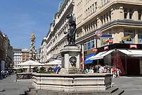 Brunnen und barocke Pestsäule von 1692  in Einkaufstraße Graben, Wien, Österreich, UNESCO-Weltkulturerbe<br /> Fountain and Baroque plague column at shopping street Graben, Vienna, Austria, world heritage