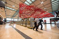 Die Flughafen Berlin Brandenburg GmbH lud am Montag den 25. November 2019 zu einem Pressebesichtigungstermin auf dem im Bau befindlichen Flughafen BER in Schoenefeld.<br /> Im Bild: BER-Mitarbeiter transportieren Koffer, die fuer Tests der Arbeitsablaeufe in der Gepaeckabfertigung benoetigt werden.<br /> 25.11.2019, Schoenefeld<br /> Copyright: Christian-Ditsch.de<br /> [Inhaltsveraendernde Manipulation des Fotos nur nach ausdruecklicher Genehmigung des Fotografen. Vereinbarungen ueber Abtretung von Persoenlichkeitsrechten/Model Release der abgebildeten Person/Personen liegen nicht vor. NO MODEL RELEASE! Nur fuer Redaktionelle Zwecke. Don't publish without copyright Christian-Ditsch.de, Veroeffentlichung nur mit Fotografennennung, sowie gegen Honorar, MwSt. und Beleg. Konto: I N G - D i B a, IBAN DE58500105175400192269, BIC INGDDEFFXXX, Kontakt: post@christian-ditsch.de<br /> Bei der Bearbeitung der Dateiinformationen darf die Urheberkennzeichnung in den EXIF- und  IPTC-Daten nicht entfernt werden, diese sind in digitalen Medien nach §95c UrhG rechtlich geschuetzt. Der Urhebervermerk wird gemaess §13 UrhG verlangt.]