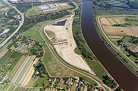 Kreetsand: EUROPA, DEUTSCHLAND, HAMBURG 04.08.2013:  Das IBA-Projekt Kreetsand, ein Pilotprojekt im Rahmen des Tideelbe-Konzeptes der Hamburg Port Authority (HPA), soll auf der Ostseite der Elbinsel Wilhelmsburg zusaetzlichen Flutraum für die Elbe schaffen. Das Tidevolumen wird durch diese strombauliche Massnahme vergroessert und der Tidehub reduziert. Gleichzeitig ergeben sich neue Moeglichkeiten für eine integrative Planung und Umsetzung verschiedenster Interessen und Belange aus Hochwasserschutz, Hafennutzung, Wasserwirtschaft, Naturschutz und Naherholung. Das Projekt Kreetsand wird vor diesem Hintergrund auch einen Teil des IBA-Projekts Deichpark-Elbinsel darstellen. Bei dem Projekt werden diese Aspekte für die gesamte Elbinsel analysiert und vorteilhafte Maßnahmen und Strategien fuer die Kombination der verschiedenen Anforderungen entwickelt.