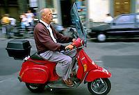 Transporte em lambreta, Florença. Itália. 1996. Foto de Juca Martins.