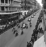 Le 5 Novembre 1966. Vue du convoi présidentiel encadré par des motards dans la rue Alsace-Lorraine.